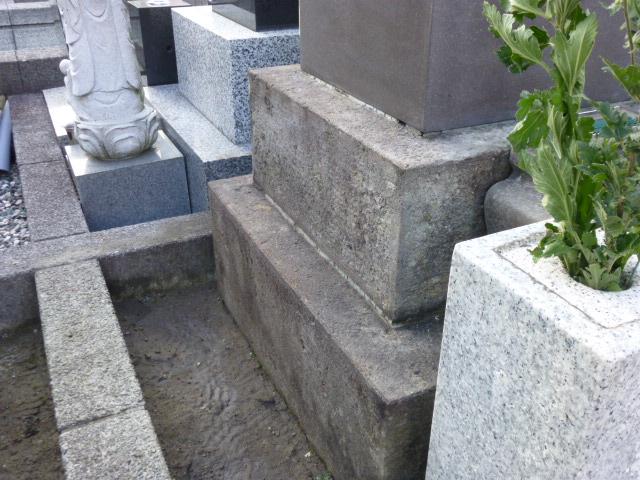 清掃後のきれいになった墓石の裏側