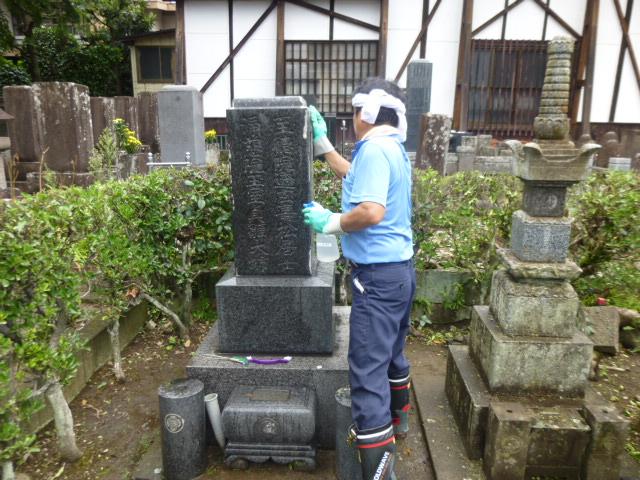 墓石をきれいに掃除いたします