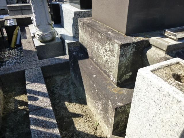 墓石の裏側に生えた苔