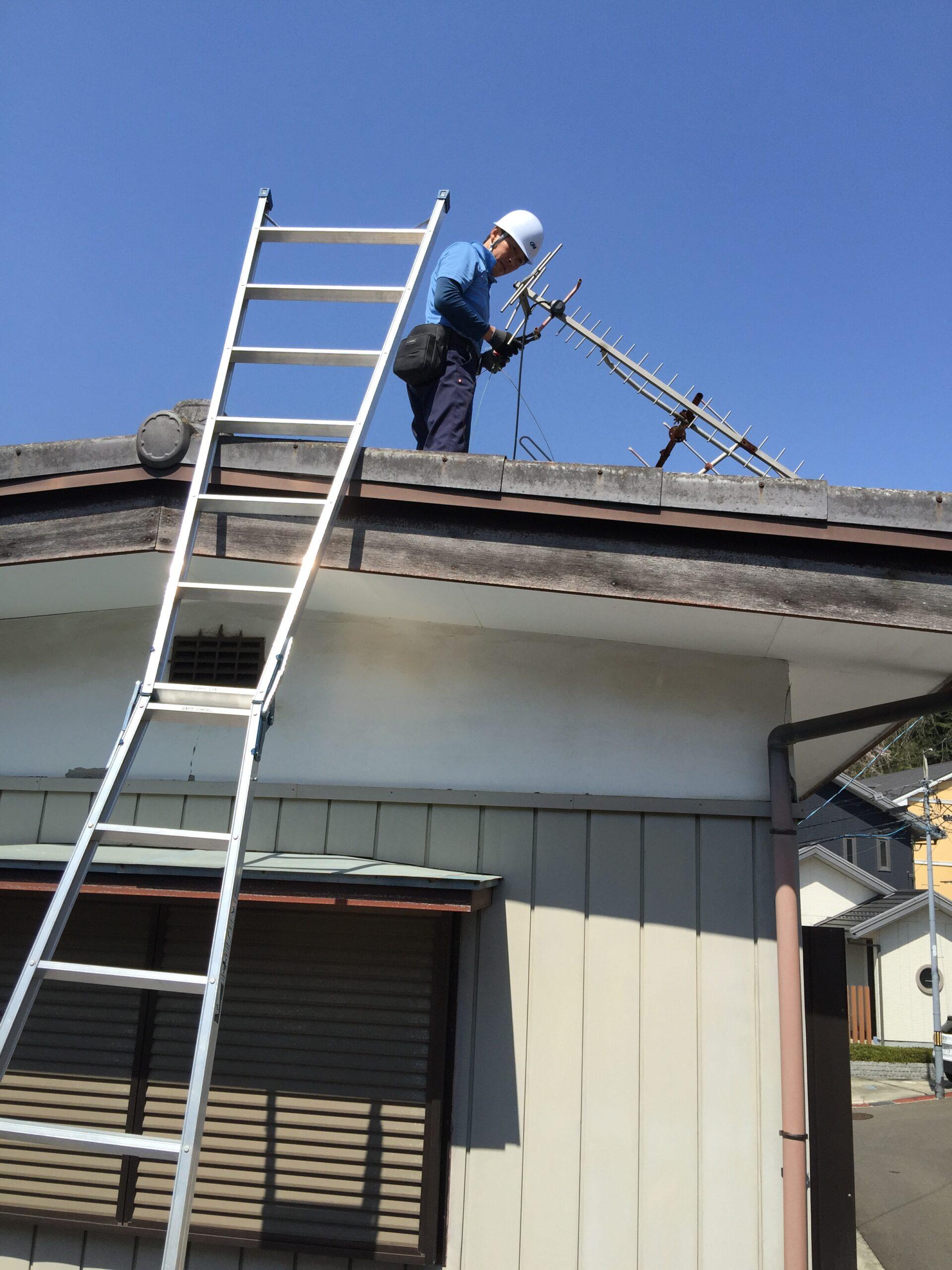 屋根のアンテナ撤去