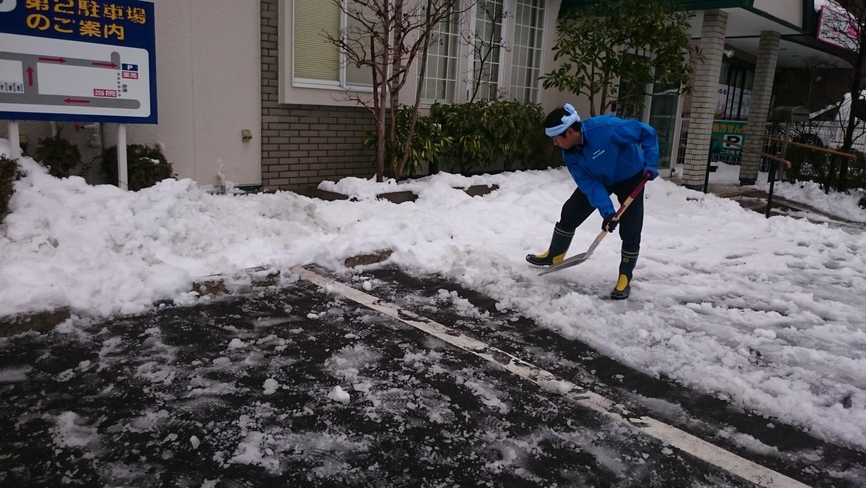 早朝の病院まえ除雪作業