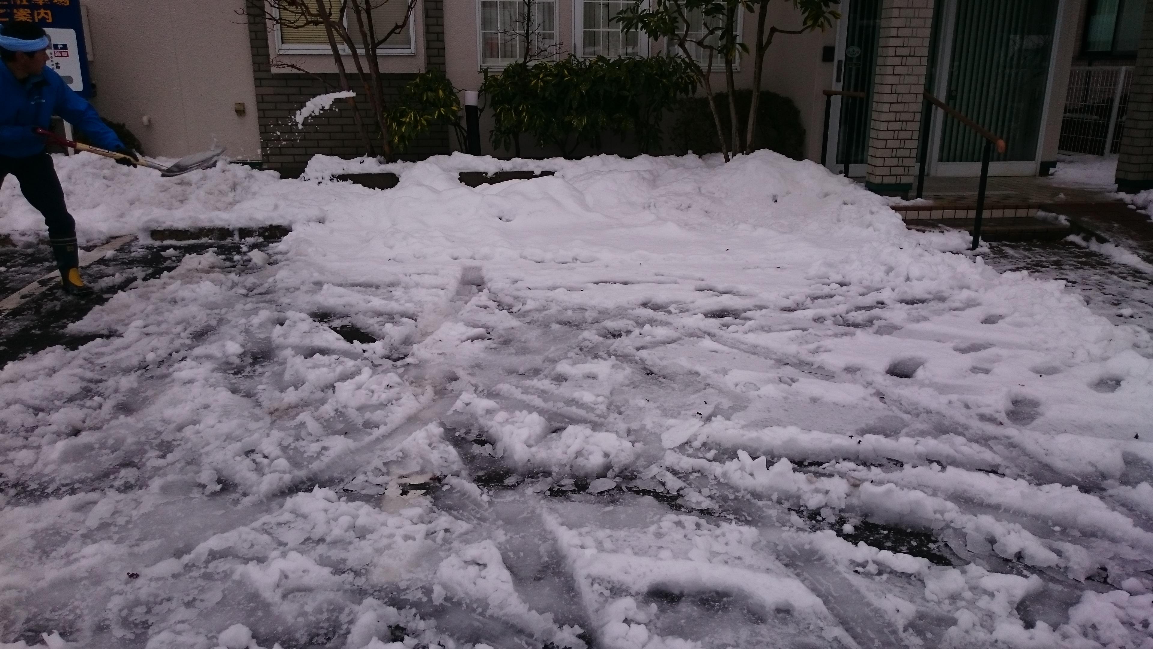 積もって溶けてシャーベット状になって凍った雪
