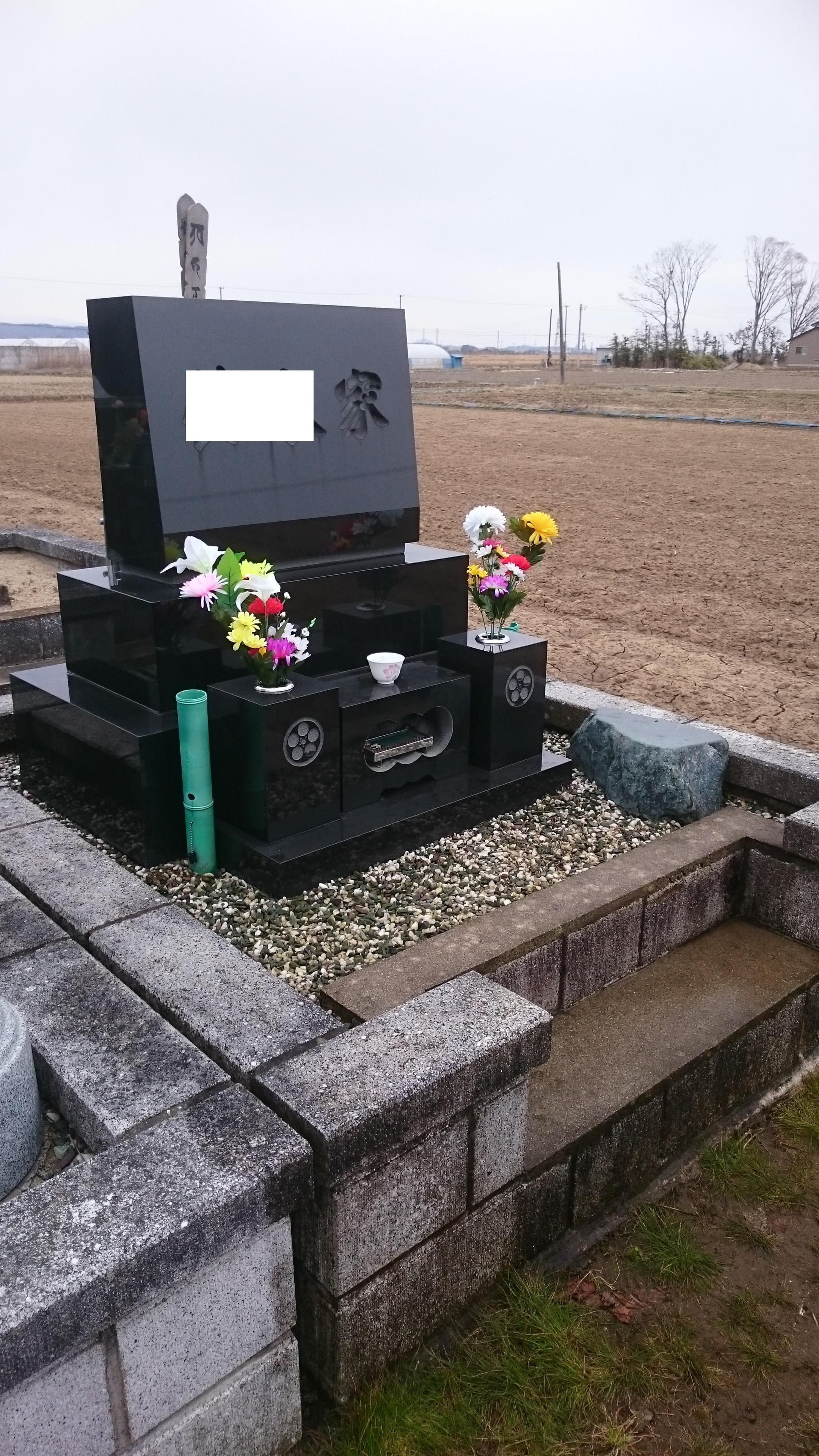 洗浄した墓石と供花