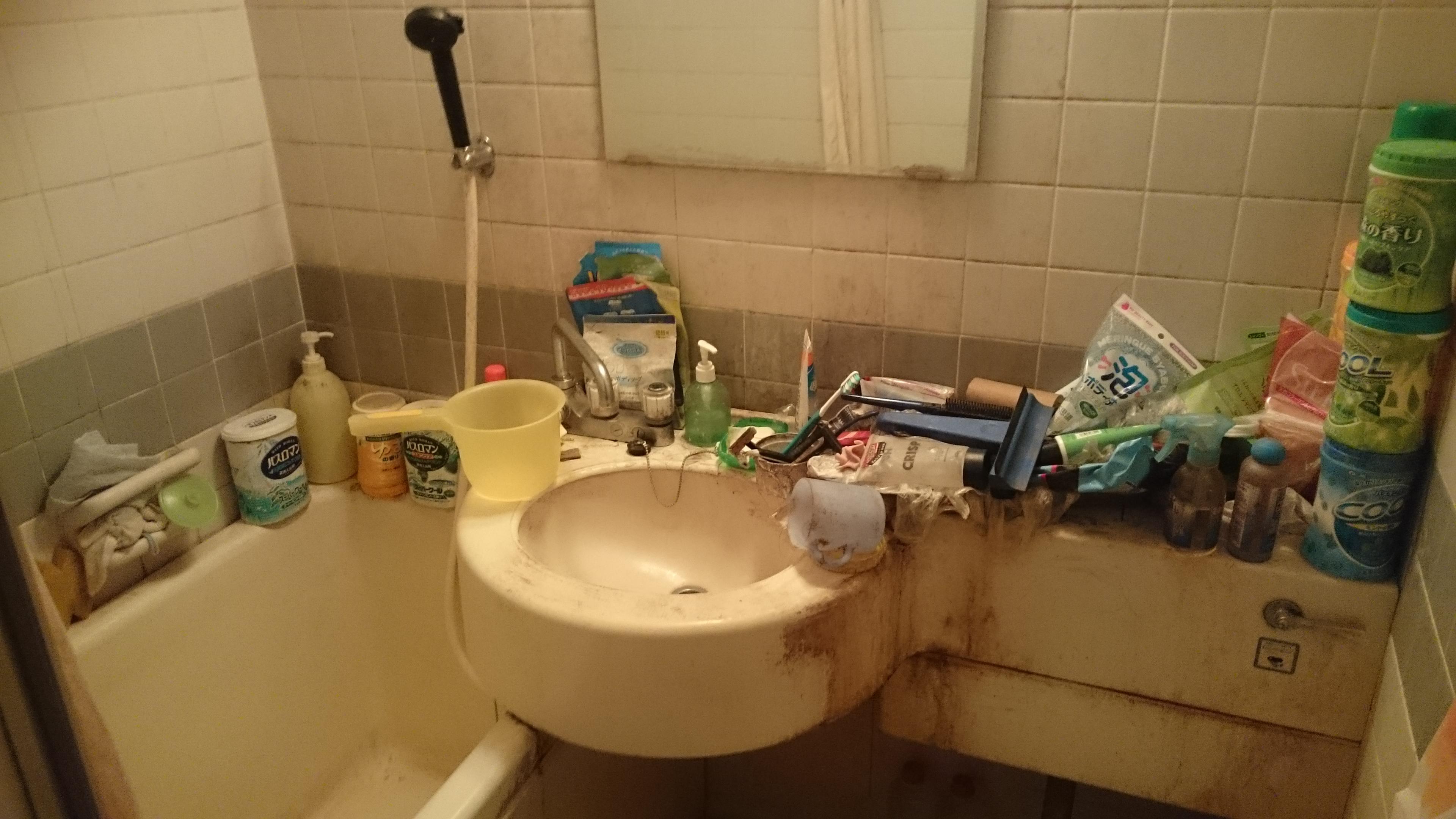 ゴミ屋敷の浴室