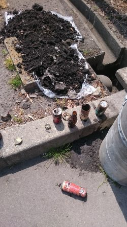 堆積したゴミと空き缶と泥