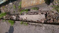 コンクリート片が側溝に挟まっている
