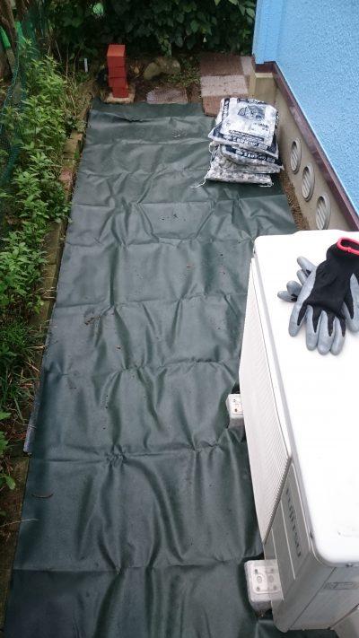 室外機周辺の防草シートを敷いた部分