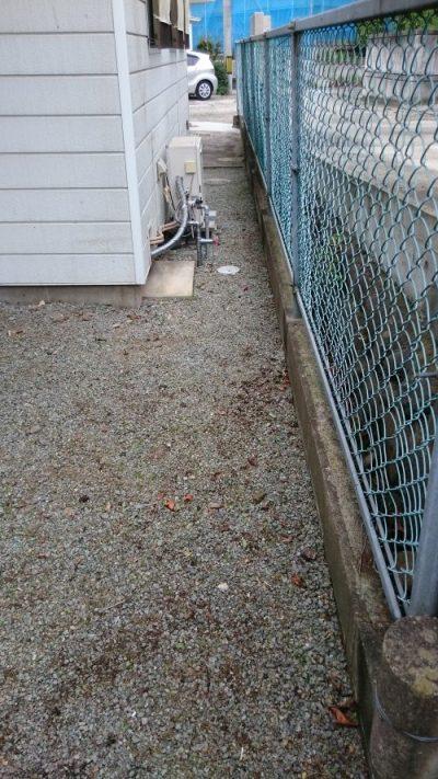 フェンス隙間の雑草を抜いた後