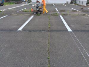 ラインマーカー車中型で区画線をひく