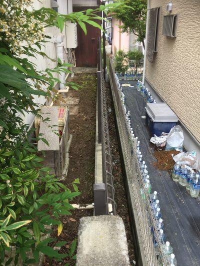 家の間の雑草除去